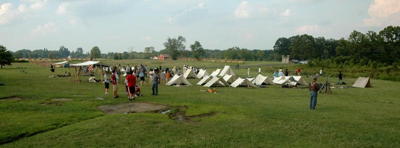 Vista general del campamento del grupo que recrea al 24th de Masachusets junto al monumento de Meade.