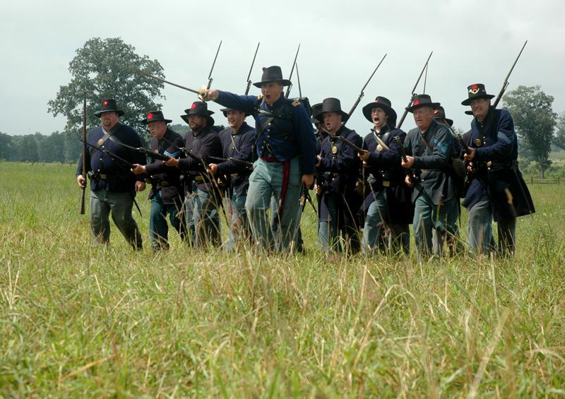 Un grupo de voluntarios recrean una carga del 24th de Masachusets en los campos de Gettysburg.