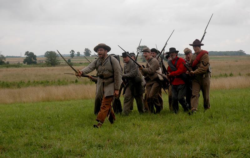 Los voluntarios que representan al 1th de Texas durante la mañana del dia 2 de agosto hicieron una demostración en la linea de bosques de Seminary Riedge.