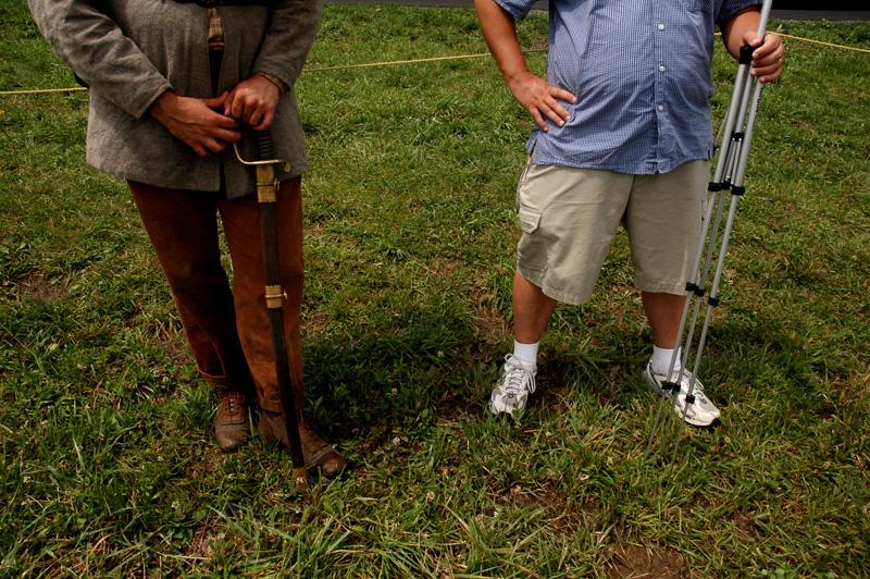 Un voluntario que recrea al 1st de Texas con su sable junto a mi guia en Gettysburg, Carl Whitehill que sostiene el tripode de su cámara de video.