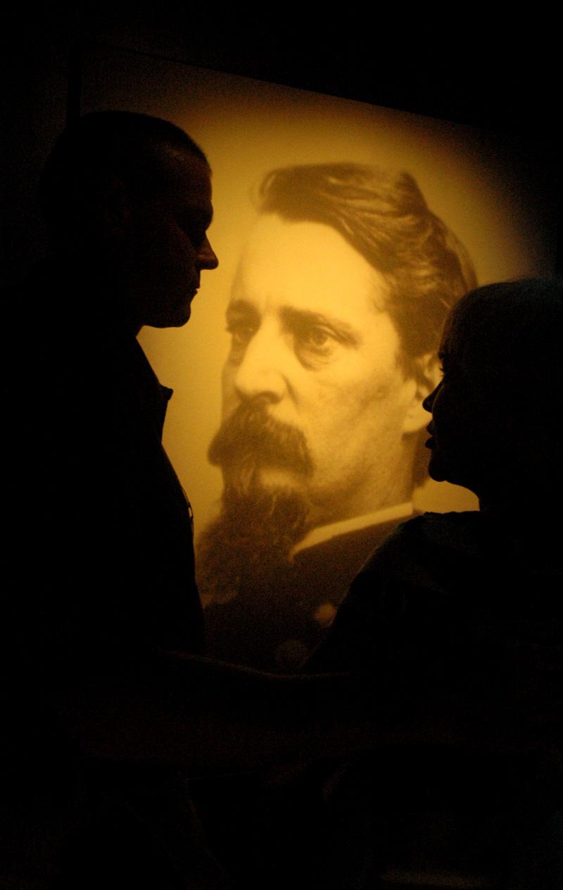 Dos visitantes conversan en el Museo de Gettysburg ante la foto del M.G. de la Unión Winfield S. Hancock.